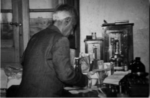 Dott. Nino Fanni nel suo laboratorio